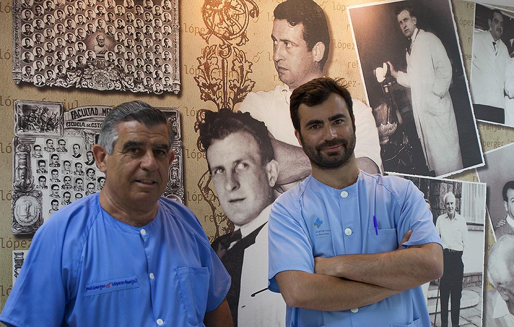 El Dr. Guillermo Rehberger Olivera y su hijo el Dr. Federico Rehberger Bescós. Tras ellos, el Dr. Federico Rehberger Kreigs y el Dr. Guillermo Rehberger Menéndez